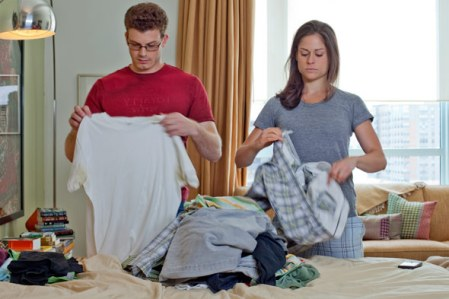 couple-folding-clothes-apartment-urban-590jn121010